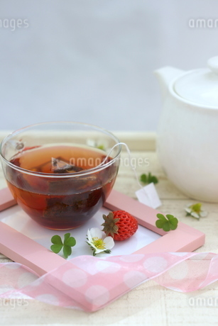 フォトフレームに置かれた紅茶といちごの写真素材 [FYI04102649]