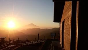 山小屋から見る夕暮れの富士山の写真素材 [FYI04102768]
