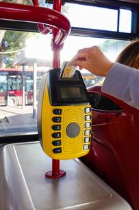 ローマ、路線バスの乗り方、切符、打刻機、ICリーダーの写真素材 [FYI04103002]