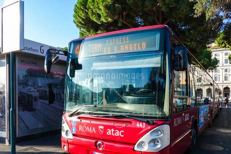 ローマ、テルミニ駅前の路線バスの写真素材 [FYI04103003]