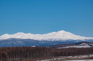 雪の山並みと青空の写真素材 [FYI04103056]