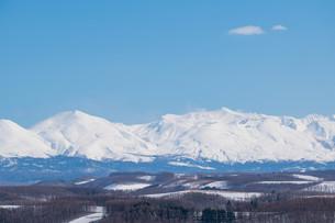 雪の山並みと青空の写真素材 [FYI04103058]