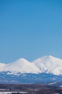 雪の山並みと青空の写真素材 [FYI04103059]