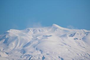 雪山の山頂と青空の写真素材 [FYI04103061]