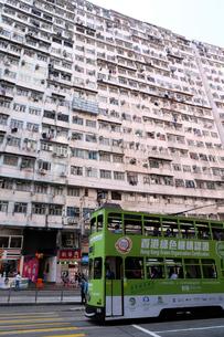 香港島のモンスターマンション「海景樓」の前を行く路面電車トラムの写真素材 [FYI04103244]