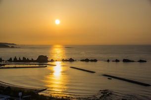 橋杭岩の向こうに上る朝日の写真素材 [FYI04103338]
