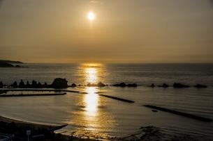 橋杭岩の向こうに上る朝日の写真素材 [FYI04103339]