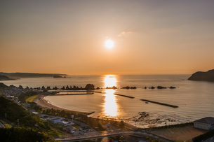 橋杭岩の向こうに上る朝日の写真素材 [FYI04103340]