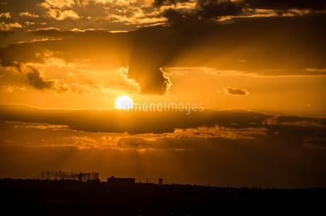 雲に挟まれた太陽の写真素材 [FYI04103343]