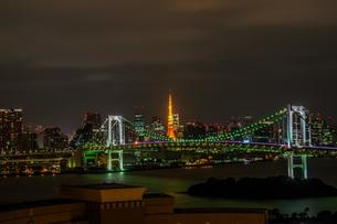 レインボーブリッジ越しの東京タワーの写真素材 [FYI04103354]