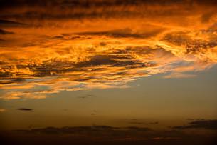 雲を照らす夕日の写真素材 [FYI04103355]