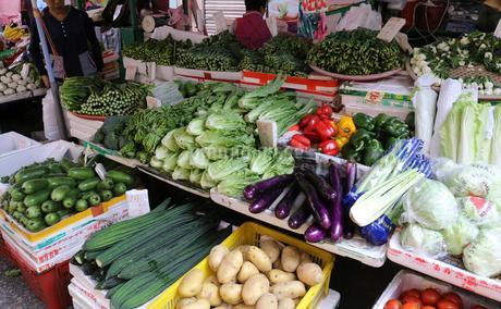 香港・旺角(モンコック/Mong Kok)の市場で売られる野菜。日本でなじみの野菜も多いが、見たこともない野菜も売られている。の写真素材 [FYI04103357]