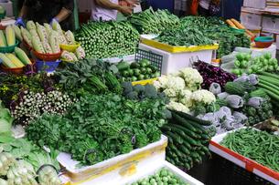 香港・旺角(モンコック/Mong Kok)の市場で売られる野菜。日本でなじみの野菜も多いが、見たこともない野菜も売られている。の写真素材 [FYI04103358]