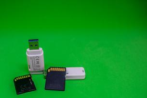 グリーンバックのSDカードとUSBメモリーの写真素材 [FYI04103420]