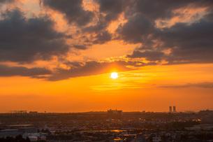 雲の下の夕焼け空の写真素材 [FYI04103427]