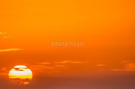 夕焼けの中の太陽の写真素材 [FYI04103429]