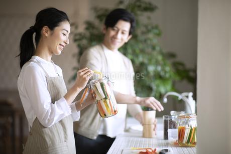 キッチンで会話する夫婦の写真素材 [FYI04103445]