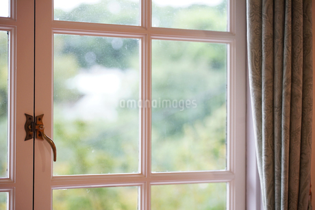 部屋の窓の写真素材 [FYI04103449]