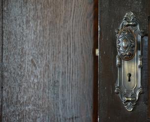 古い木製のドアの写真素材 [FYI04103454]