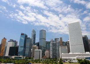 香港島の高層ビル群。三角形のビルは中国銀行ビル。右端の白いビルはアヘン商人「ジャーディン・マセソン商会」のビルの写真素材 [FYI04103584]