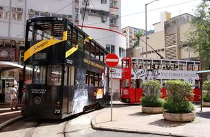 香港の街を行く路面電車トラム。英国植民地時代から走り続けるの写真素材 [FYI04103587]