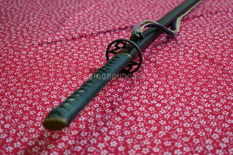 風呂敷の上の日本刀の写真素材 [FYI04103784]