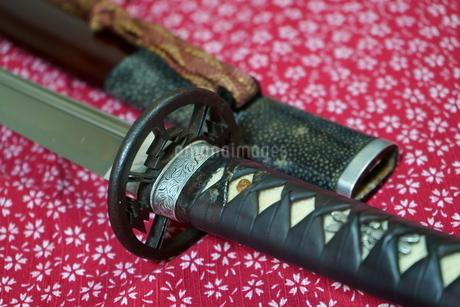 風呂敷の上の日本刀の写真素材 [FYI04103793]