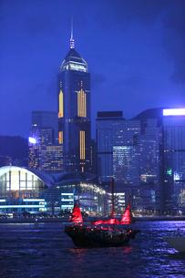 薄暮の香港・ビクトリア湾を航行する中国の昔のジャンク船を模した観光船「アクアルナ」の写真素材 [FYI04103910]