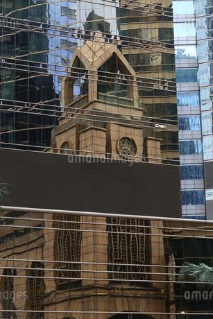 香港島の建物に映りこんだ別の建物。香港島は高層ビルだらけだ。の写真素材 [FYI04103914]