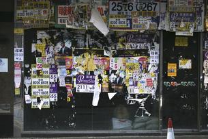香港島の下町・北角(ノースポイント)の壁。ほとんどが不動産関係の張り紙だ。香港では店などの移り変わりがとても早い。の写真素材 [FYI04103916]