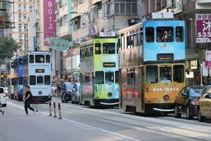 香港の街を行く路面電車トラム。英国植民地時代から走り続けるの写真素材 [FYI04103919]
