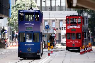 香港の街を行く路面電車トラム。英国植民地時代から走り続けるの写真素材 [FYI04103921]