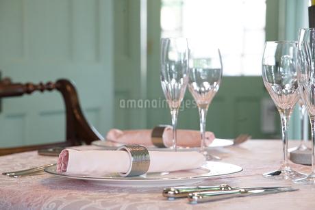 テーブルの食器の写真素材 [FYI04104711]