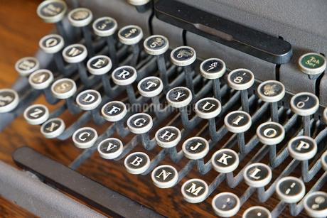 タイプライターのキーの写真素材 [FYI04104714]