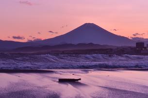 夕暮れの富士山と荒れた海の写真素材 [FYI04104769]