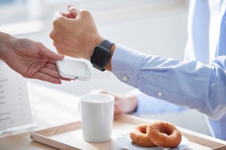 カフェで支払いをする男性の写真素材 [FYI04104817]