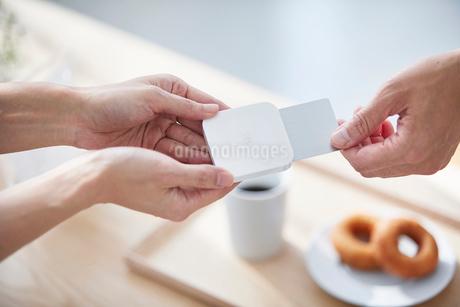 カフェで支払いをする男性の写真素材 [FYI04104829]