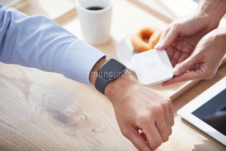 カフェで支払いをする男性の写真素材 [FYI04104833]