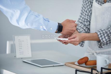 カフェで支払いをする男性の写真素材 [FYI04104839]