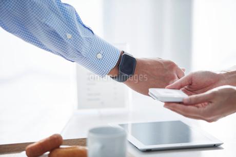 カフェで支払いをする男性の写真素材 [FYI04104847]