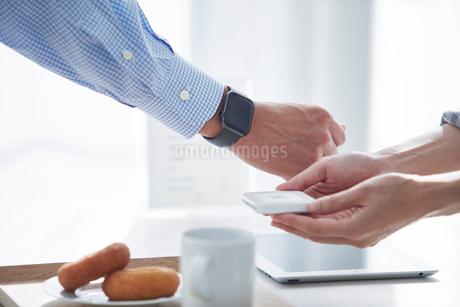 カフェで支払いをする男性の写真素材 [FYI04104848]