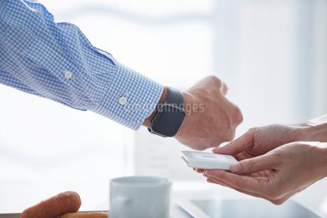 カフェで支払いをする男性の写真素材 [FYI04104851]