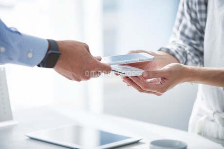 カフェで支払いをする男性の写真素材 [FYI04104853]