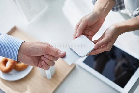 カフェで支払いをする男性の写真素材 [FYI04104858]
