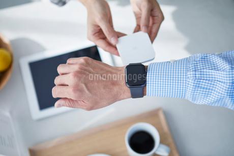 カフェで支払いをする男性の写真素材 [FYI04104862]
