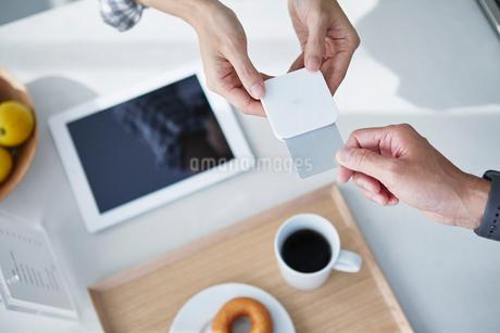 カフェで支払いをする男性の写真素材 [FYI04104864]