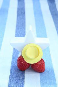 黄色の帽子を被った可愛いイチゴのカップルと白い星の写真素材 [FYI04104973]