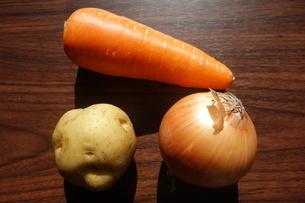 木製のテーブルの上の野菜の写真素材 [FYI04105074]