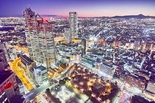 東京都庁展望室より望む新宿の夜景の写真素材 [FYI04105205]