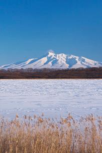 濤沸湖と斜里岳の冬の写真素材 [FYI04105342]